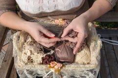 Närbild av kvinnas att virka för händer Arkivfoto