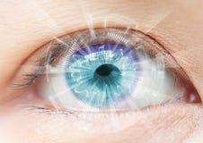 Närbild av kvinnas blåa öga Höga teknologier i futuristien royaltyfri fotografi