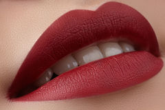 Närbild av kvinnas kanter med rött smink för mode Härlig kvinnlig mun, fulla kanter med perfekt makeup Klassisk anlete Arkivbild