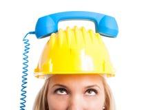 Närbild av kvinnateknikern med telefonmottagaren på hatten Royaltyfri Bild