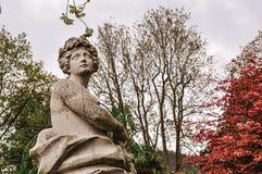 Närbild av kvinnlig marmorskulptur i en molnig dyster dag på sjön av Como royaltyfria bilder