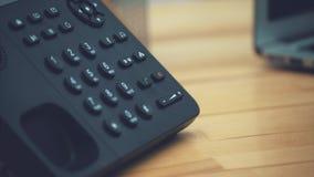 Närbild av kvinnors händer i ett kontor med en telefon i deras händer som ligger på tabellen, arbetsplats Modern LCD-kontroll arkivfilmer
