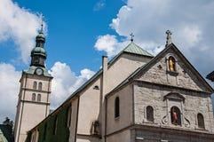 Närbild av kyrkan av helgonet Jean Baptiste och kyrktorn i Megève Arkivfoto