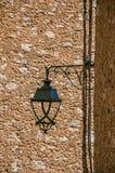 Närbild av lamp- och stenväggar i Helgon-Paul-de-Vence Royaltyfria Bilder