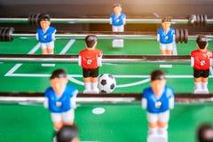 Närbild av leken för tabellfotbollfotboll på grönt fält Arkivfoto