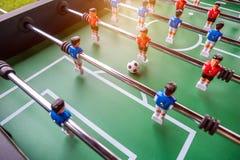 Närbild av leken för tabellfotbollfotboll på grönt fält Royaltyfria Foton