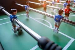 Närbild av leken för tabellfotbollfotboll på grönt fält Fotografering för Bildbyråer