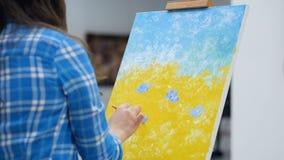 Närbild av målning Oigenkännlig flickamålare 4K arkivfilmer