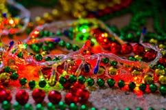 Närbild av mångfärgade julpärlor för att dekorera julgranen med en mjuk suddig bakgrund arkivfoto
