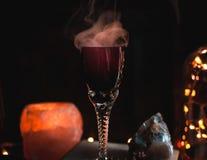 Närbild av magisk dryck i ett exponeringsglas Magi- och trolldombegrepp arkivfoton