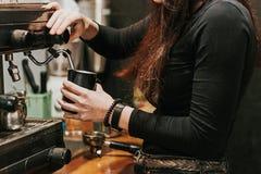 Närbild av malande kaffe för barista Royaltyfri Foto