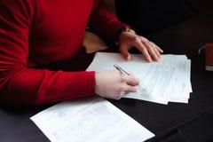 Närbild av manhänder med pennan över dokument arkivbilder