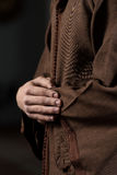Närbild av manhänder som ber i moské royaltyfria foton