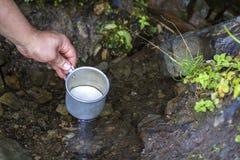 Närbild av manhanden med den turist- aluminum koppen som kammar hem ren fr royaltyfria foton