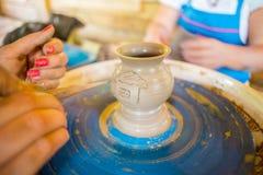 Närbild av manliga händer av keramikern Royaltyfria Bilder