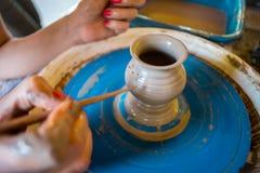 Närbild av manliga händer av keramikern Arkivfoto