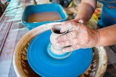 Närbild av manliga händer av keramikern Arkivbilder