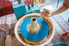 Närbild av manliga händer av keramikern Arkivbild