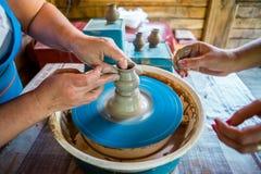 Närbild av manliga händer av keramikern Royaltyfri Fotografi