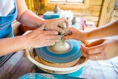Närbild av manliga händer av keramikern Arkivfoton