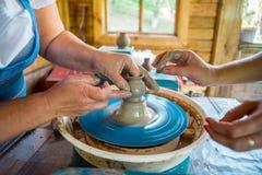 Närbild av manliga händer av keramikern Royaltyfri Bild