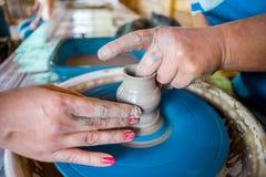 Närbild av manliga händer av keramikern Royaltyfri Foto