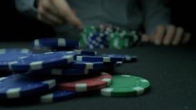 Närbild av mannen som kastar chiper för en poker i ultrarapid Närbilden av handen med att kasta dobbleri gå i flisor på svart bak stock video