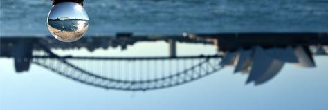 Närbild av marmor med Sydney Opera House Reflection fotografering för bildbyråer
