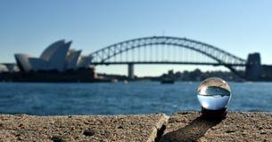 Närbild av marmor med Sydney Opera House Reflection Royaltyfria Bilder