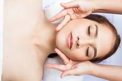 Närbild av massagen för häleri för ung kvinna den ansikts- på dagbrunnsorten Royaltyfri Fotografi