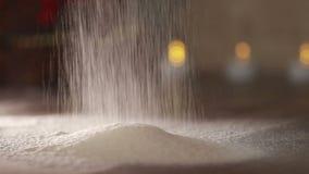 Närbild av mjöl till och med en siktfrans sikta för mjöl Baka Ingredienser och förberedelseetapper Vetemjöl är liknande till snö arkivfilmer