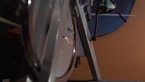 Närbild av motionscykelen som är i bruk stock video