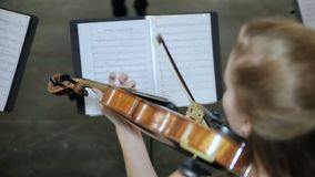 Närbild av musikern som spelar fiolen arkivfilmer