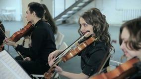 Närbild av musikern som spelar fiolen stock video
