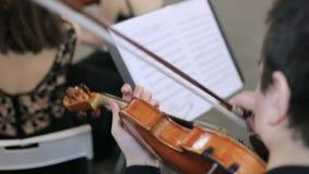 Närbild av musikern som spelar fiolen, klassisk musik lager videofilmer