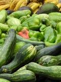 Närbild av några nya grönsaker och frukter: zucchini, peppar, gurkor, avokadon och bananer arkivfoton