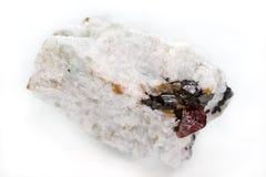 Närbild av naturlig mineral med röda Zirconkristaller Royaltyfri Bild