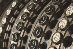 Närbild av numrerade knappar på den antika kassaapparaten royaltyfria foton