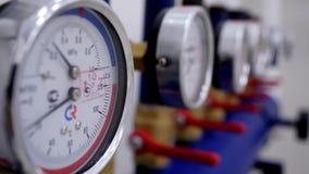 Närbild av numret av tryckmätare Tryckmätare är apparater som mäta tryck av flytande eller gas i rör på stock video