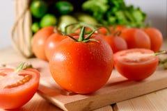 Närbild av nya mogna tomater med grönsaker Royaltyfri Fotografi
