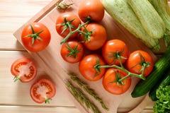 Närbild av nya mogna tomater med grönsaker Royaltyfri Foto