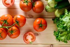 Närbild av nya mogna tomater med grönsaker Fotografering för Bildbyråer