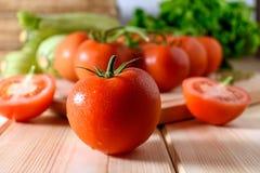 Närbild av nya mogna tomater med grönsaker Royaltyfria Bilder