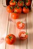 Närbild av nya mogna tomater på träbakgrund Fotografering för Bildbyråer