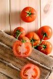 Närbild av nya mogna tomater på träbakgrund Royaltyfri Bild