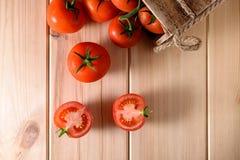 Närbild av nya mogna tomater på träbakgrund Royaltyfria Foton