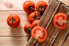 Närbild av nya mogna tomater på träbakgrund Arkivfoto