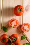 Närbild av nya mogna tomater på träbakgrund Top beskådar Royaltyfri Foto