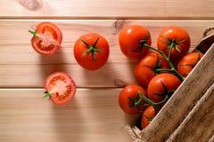 Närbild av nya mogna tomater på träbakgrund Top beskådar Arkivfoton