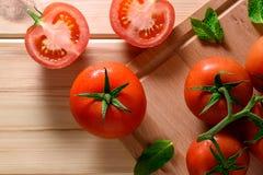 Närbild av nya mogna tomater på träbakgrund Top beskådar Fotografering för Bildbyråer
